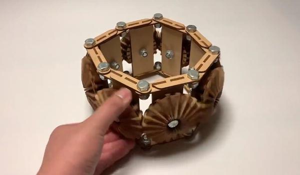 歯車を動かすと、その形状は様々な「角」へ。