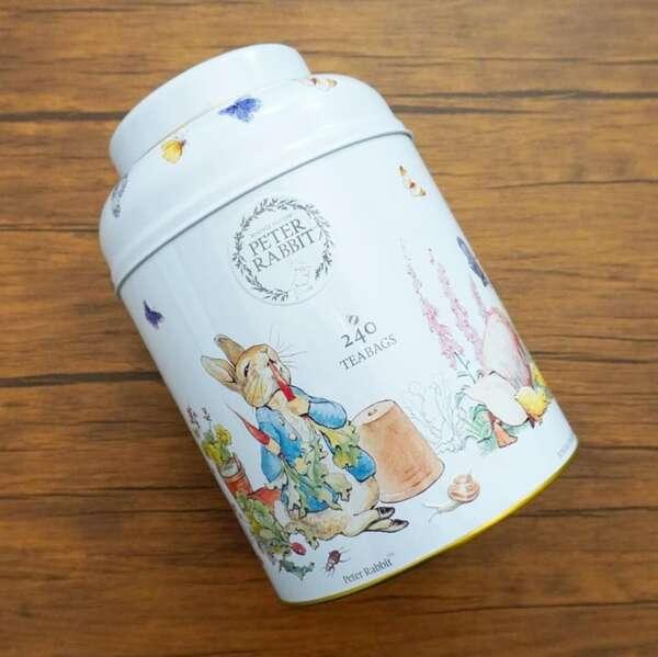 コストコのトラディショナルイングリッシュティーのピーターラビット柄の缶の写真