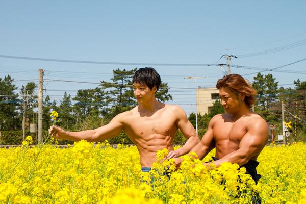 菜の花畑のマッチョ