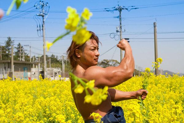 菜の花を刈るマッチョ
