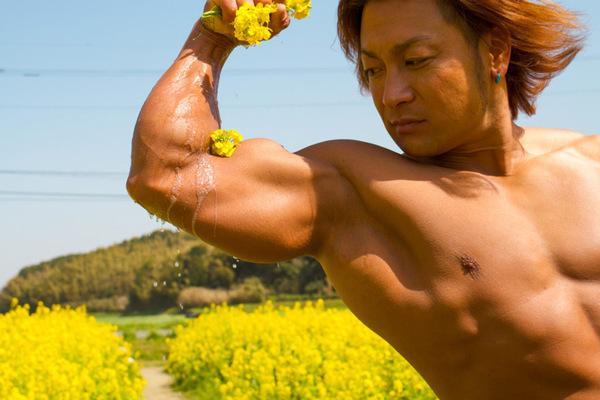 菜種油を搾るマッチョ(ONNIKYさん)