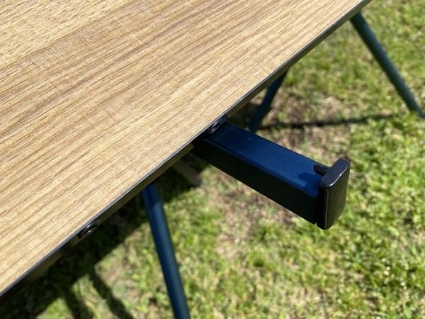 mont-bell 「マルチ フォールディング テーブル ワイド」のフレームに天板をセット