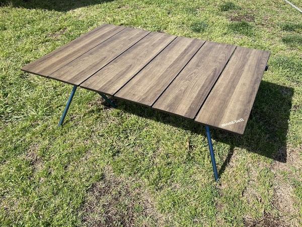 mont-bell 「マルチ フォールディング テーブル ワイド」の天板を逆さまにして使う様子