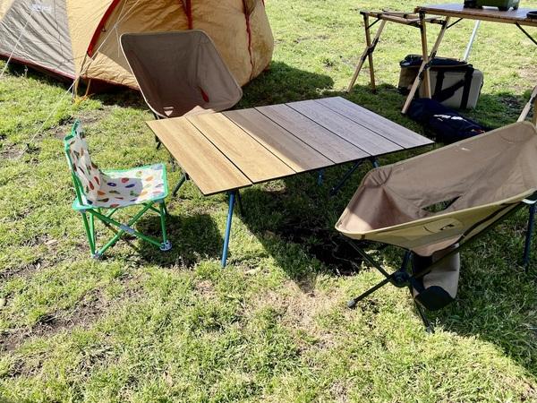 mont-bell 「マルチ フォールディング テーブル ワイド」をキャンプサイトに広げた様子