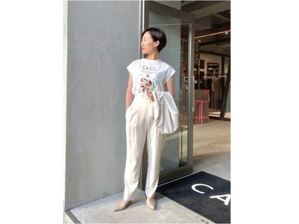 Tシャツ&パンツのカジュアルコーデもオール白だと洗練された印象に 出典:WEAR