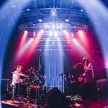 ドミコ、四方を観客で囲んだ圧巻のフロアライブ「Floor Live 『360°』」開催!「落ち着かないですね(笑)...どうもありがとうございます」