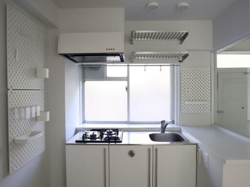収納を設置した後のキッチン