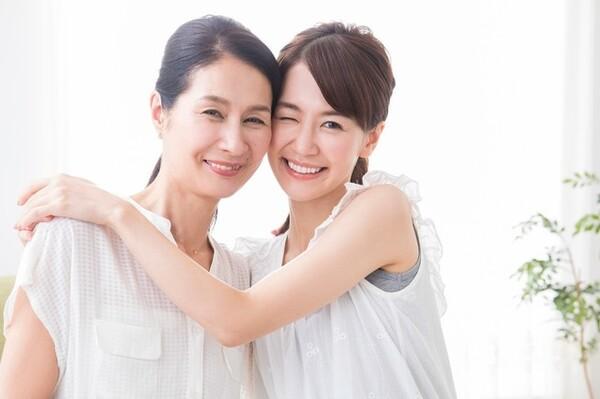 """パートナーが「親子仲良し」「親孝行」と聞けば歓迎すべきことと思いがちですが、度を越した親密さは考えものです。特に一卵性母娘に近い仲良し""""過ぎる""""母娘は、結婚後の生活、夫の気持ちにいろいろな影響を及ぼすようです。"""