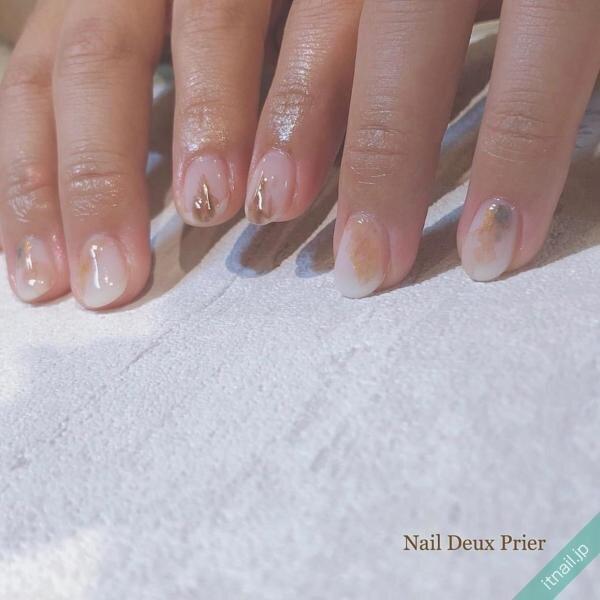 乳白色の水彩ネイル