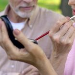 79歳男性が美容専門学校を訪ね「化粧の方法を教えて」 深い愛情に感動の声が続出