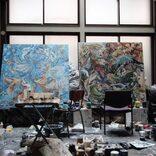 思考の痕跡と残像を織り成し合いながら、一つの作品へと創り出す。howra(淺井裕介、高山夏希)による初個展「偶然の地層の上に」