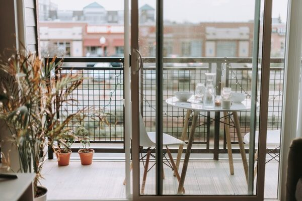白いテーブルを設置した海外のベランダ