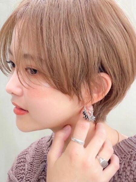 明るめピンクベージュのショートヘア
