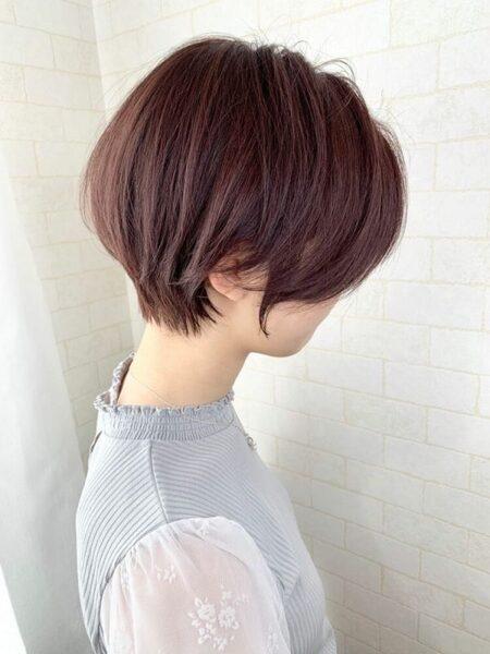 明るめレッドバイオレットのショートヘア