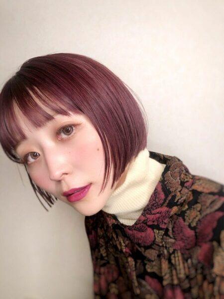 明るめピンクのショートヘア