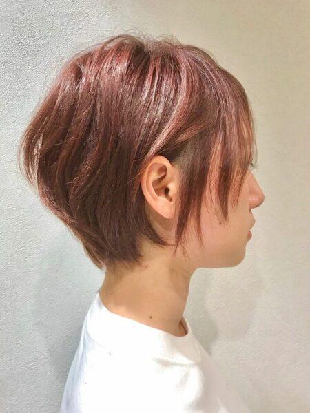 明るめチェリーピンクのショートヘア