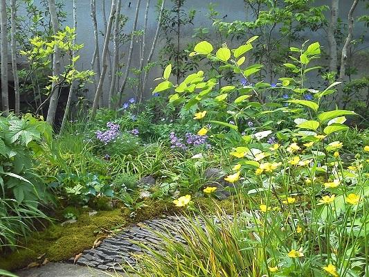 石畳のアプローチがおしゃれな庭のデザイン
