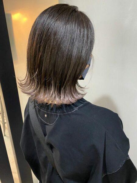 ホワイトピンクの裾カラー×ショートヘア