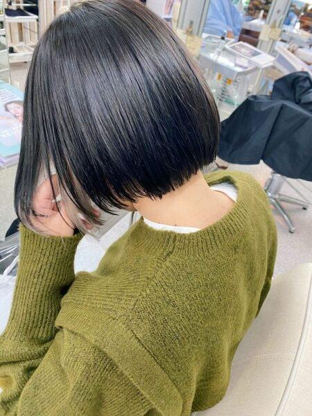 女性の黒髪ボブ×大人シックなインナーカラー