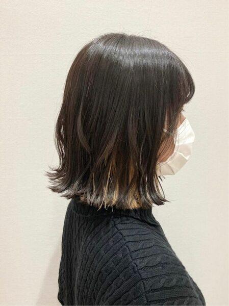 女性のワンレングス黒髪ボブ×インナーカラー