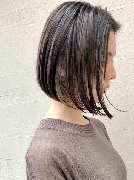 女性の黒髪ボブ×アクセントインナーカラー