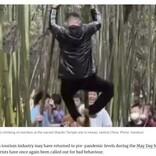 少林寺の竹によじ登り遺跡に落書き 観光客のマナーの悪さに中国国内で怒りの声