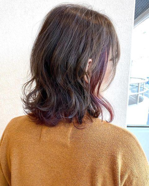 髪を美しく見せるバイオレットインナーカラー