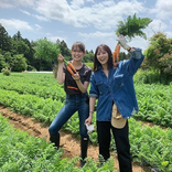 石川恋、トラウデン直美との満面笑みな農業女子ショット