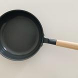 無印良品の新作「セラミックコートフライパン」は少ない油でも焦げつきにくい! 深さもあって料理の幅が広がるよ|マイ定番スタイル