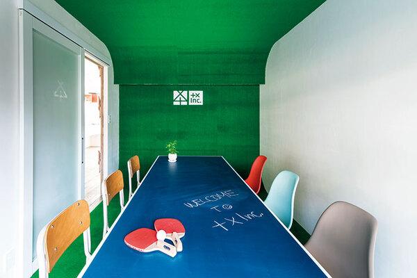 人工芝を壁、天井、床に貼ったインパクトのある空間