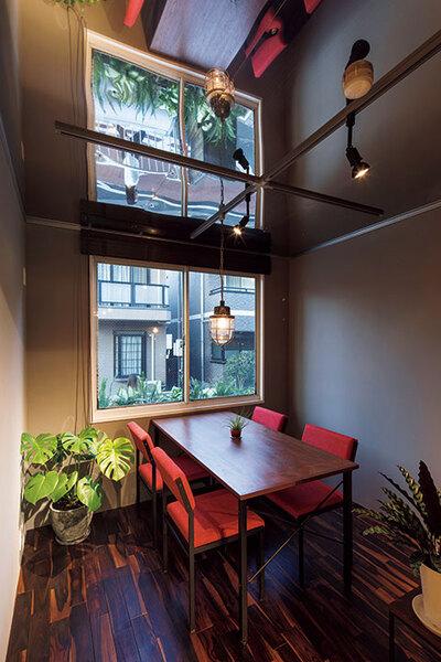 天井にステンレスを用いた斬新な発想の空