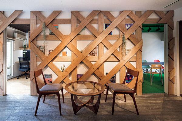 本や小物類を見せて収納できるように造作した壁のボード