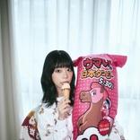 青山ひかる、「ウマい棒ダービー」キャンペーンモデルに「意外や意外のピンク! 1番人気のめんたい味!」