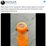 2匹のハチが協力プレイでペットボトルのフタを開けました 「蜂蜜を奪った人間からジュースを奪うハチ」「人類の時代もそろそろ終わりが近いってこと」