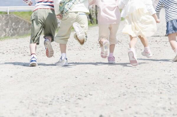 子育て世代の方の中には、「子連れだと肩身が狭い」という思いをされた方は結構いるのではないでしょうか。少子化が進む日本に足りないものとは?