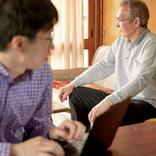 老いた親と向き合い疲弊する人々「仕事と介護の両立も大変」
