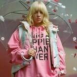 ビリー・アイリッシュ、新曲MVでキム・カーダシアンのブランド「スキムス」の下着を着用