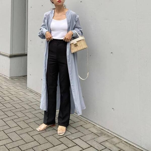 ユニクロのエアリズムコットンリブブラタンクトップとデニムにロングシャツを羽織っている女性の写真