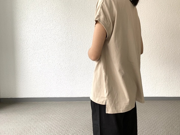 SHELTECH Ws FRENCH TEEを着た女性
