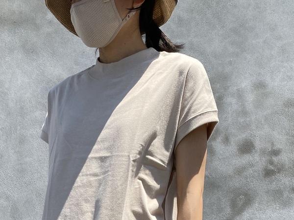 SHELTECH Ws FRENCH TEEを着る女性
