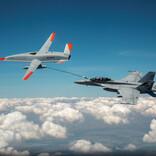 ボーイングの無人給油機「MQ-25スティングレイ」が米海軍戦闘機への空中給油に成功