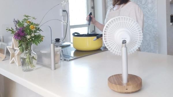 plusmoreの充電式ミニリビングファンをキッチンで使うイメージ