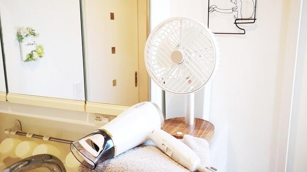 plusmoreの充電式ミニリビングファンを洗面所で使うイメージ
