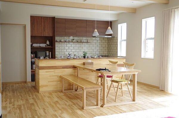前面にダイニングテーブルを配置した独立I型キッチン