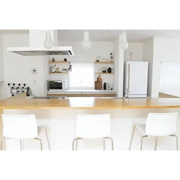 カウンターに椅子を配置した独立I型キッチン