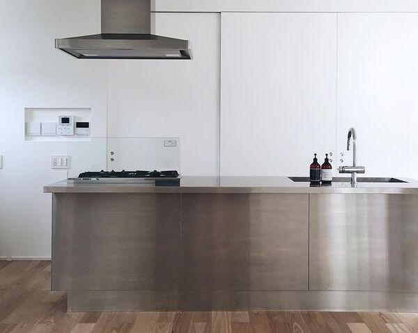 美しさ際立つレイアウトの独立I型キッチン