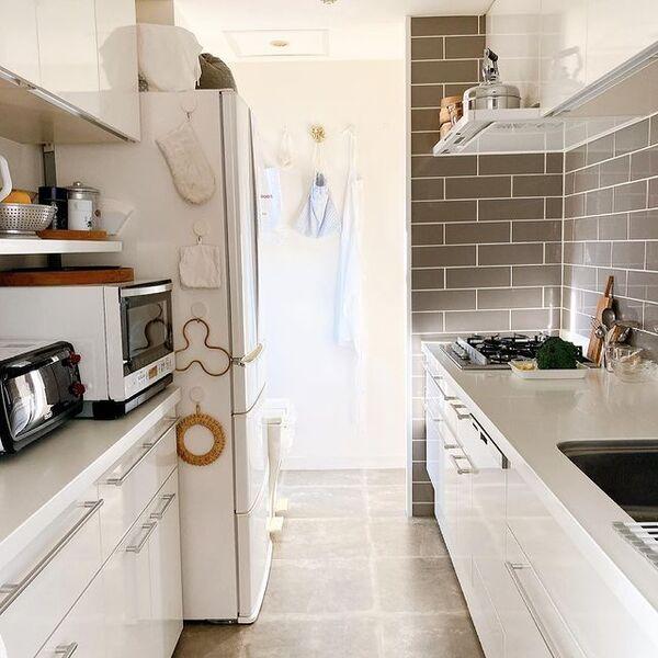 独立したレイアウトの壁付けI型キッチン
