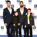"""ゲイ公表の歌手、4児のパパに「""""父親が2人""""が普通になるといいな」"""