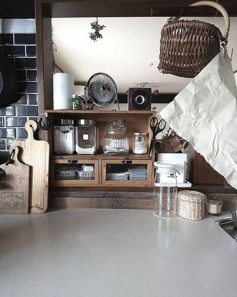 カウンターキッチンの木製ラック