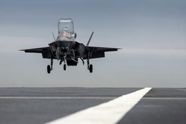 空母プリンス・オブ・ウェールズに着艦するF-35B(Image:Crown Copyright)